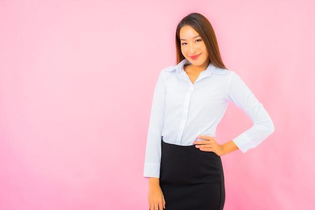 핑크색 격리된 벽이 있는 아름다운 젊은 비즈니스 아시아 여성 초상화