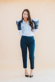 ボクシングの概念と肖像若いビジネスアジア女性