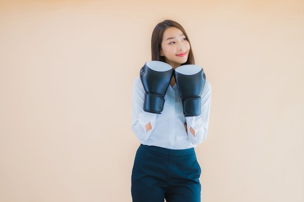 권투 개념 초상화 아름 다운 젊은 비즈니스 아시아 여자
