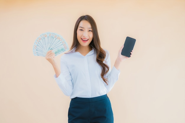 현금 또는 돈을 세로 아름 다운 젊은 비즈니스 아시아 여자
