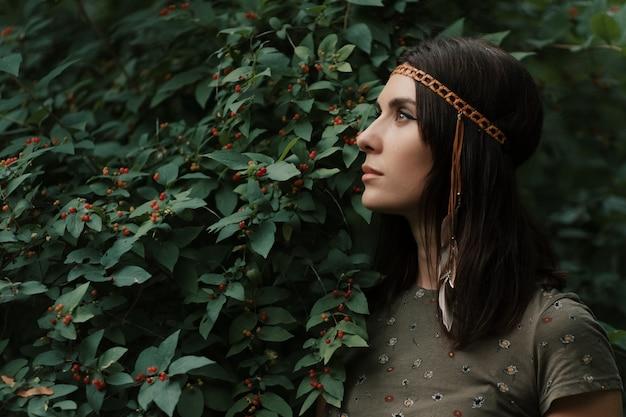 肖像画の美しい若いヒッピー女性