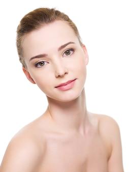 Ritratto di un volto di donna giovane e bella con la pelle fresca e pulita - isolato su bianco