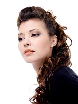 Ritratto di una giovane e bella donna con lunghi riccioli annegano i capelli