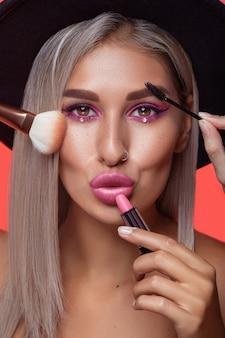 Портрет красивой молодой женщины с макияжем