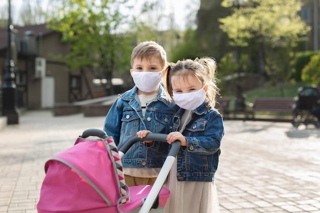 肖像画の男の子と女の子のフェイスマスク保護。コロナウイルス、covid-19