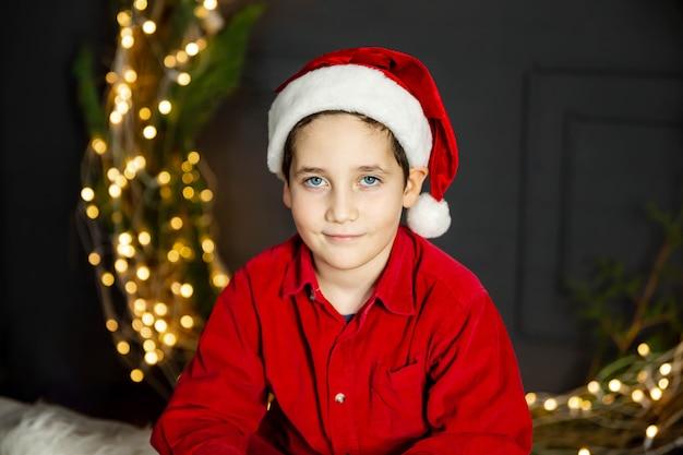 Портрет мальчика дома на рождество