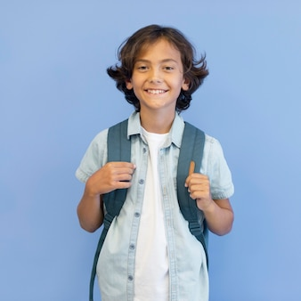 バックパックを持つ肖像画少年