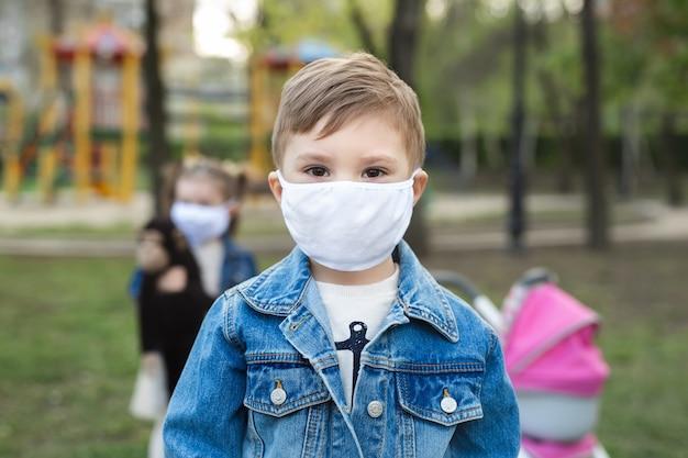 フェイスマスク保護の肖像画の少年。コロナウイルス、covid-19
