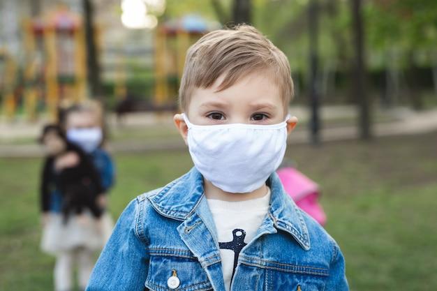 얼굴 마스크 보호와 초상화 소년입니다. 코로나 바이러스 (코로나 19