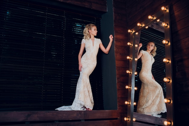 長いロックの肖像画の花嫁。白いドレスで