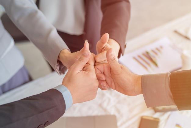 Портрет деловых людей, давая пальцы вверх, используя в качестве фона (концепция успеха и достижения)