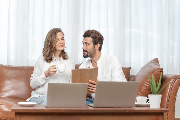 홈 오피스에서 컴퓨터 노트북을 사용하는 세로 사업가 및 비즈니스 여자