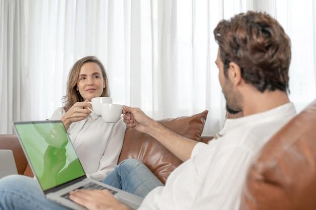 ホームオフィスでコンピューターのラップトップを使用して肖像画のビジネスマンとビジネスウーマン