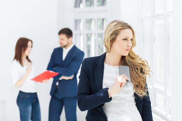 Ritratto della donna di affari che parla sul telefono in ufficio