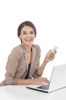 ノートパソコンに取り組んでいる肖像画の実業家