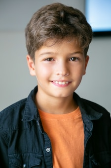 Ritratto del ragazzino caucasico con taglio di capelli alla moda