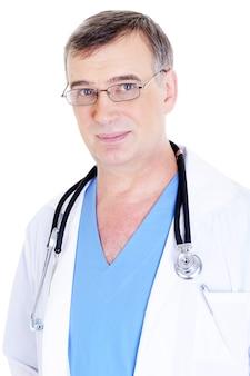 Ritratto del medico maschio maturo caucasico con lo stetoscopio sul suo collo