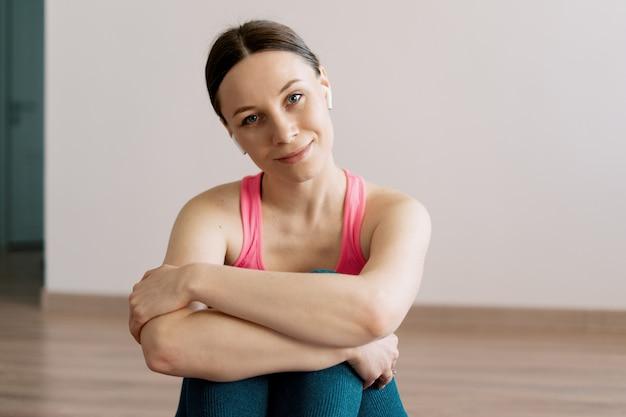 Йога кавказской женщины портрета практикуя дома