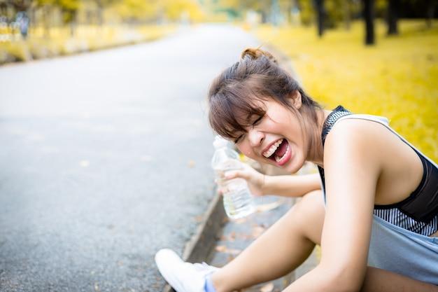 Портрет очаровательной красивой азиатской женщины, сидящей в парке