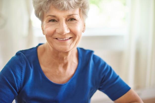 Ritratto di donna senior allegra e attraente