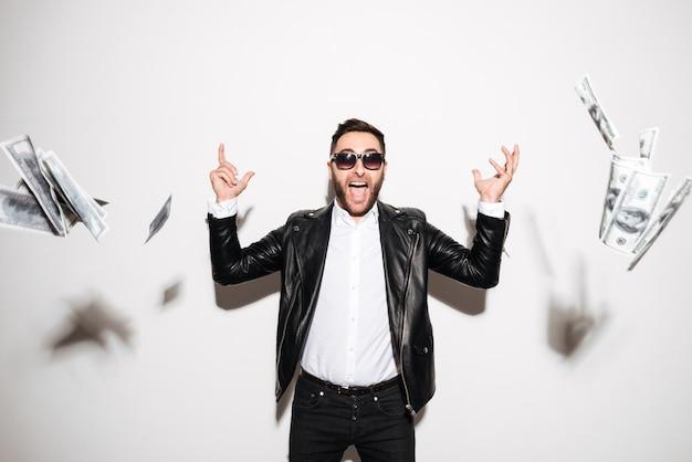 Ritratto di un uomo barbuto allegro che celebra successo