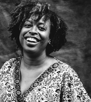 Ritratto di una donna nera allegra