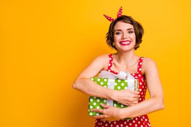 Портрет веселая энергичная девушка получить большую мечту желаю подарочную коробку 8 марта 14 февраля празднование наслаждайтесь объятиями ее пакет носить винтажный стиль одежда в горошек изолированный блеск цвет стены