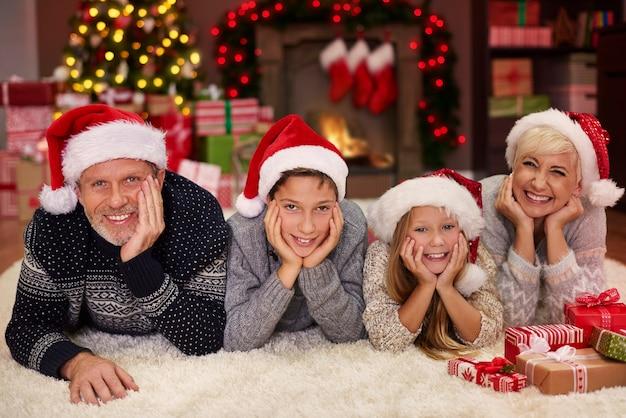 Ritratto di famiglia allegra in soggiorno