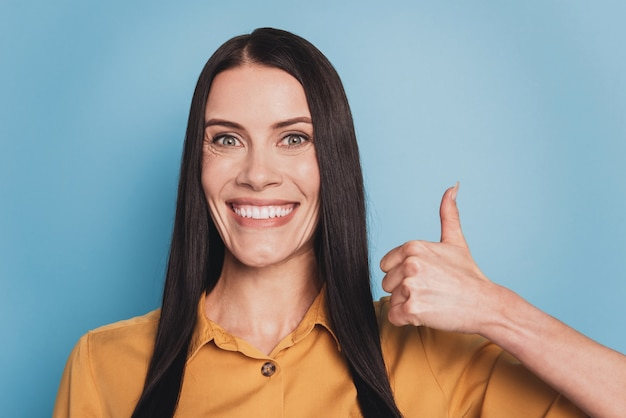 Portrait of cheerful positive woman raise thumb up