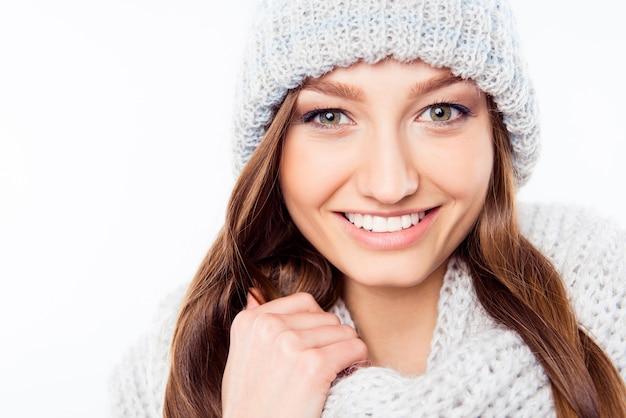 暖かい帽子とスカーフの肖像画の陽気な女性の服、クローズアップ写真