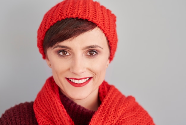 Ritratto di donna allegra in abiti invernali