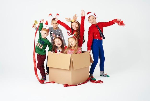 Ritratto di bambini e confezione regalo aperta