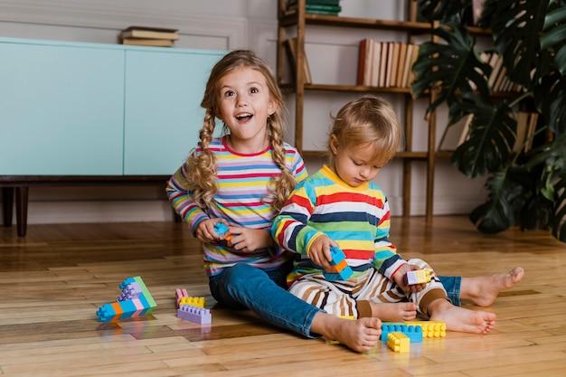 遊んでいる肖像画の子供たち