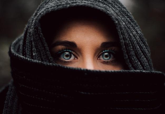 ベールに包まれたイスラム教徒の青い目の若い女の子の肖像画のクローズアップ