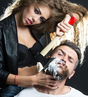 긴 머리 젊은 관능적 인 여자 수염을 가진 잘 생긴 수염 된 머리 남자를 면도의 초상화 근접 촬영 몇
