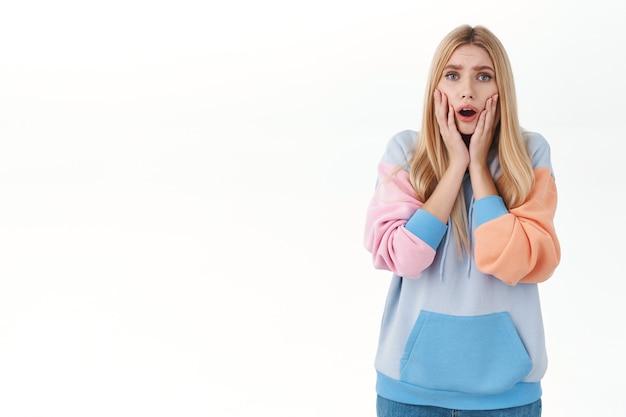 Ritratto di ragazza bionda preoccupata che ansima preoccupata