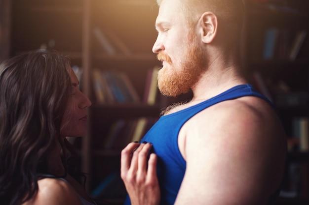 Портрет влюбленная пара молодых спортивных людей. световой эффект.