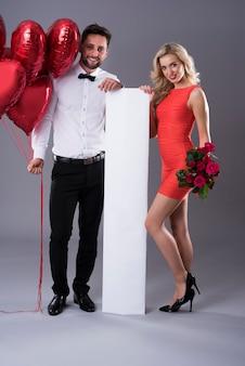Ritratto di coppia con i simboli di san valentino