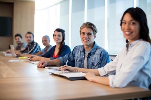 Портрет творческой бизнес-команды в конференц-зале в офисе