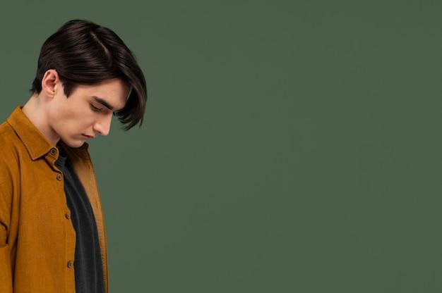 Портрет кудрявого молодого человека с копией пространства