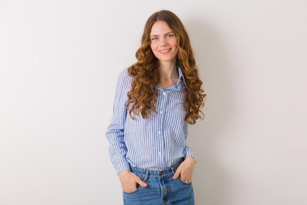 Ritratto di donna abbastanza giovane riccia con capelli lunghi ricci biondi