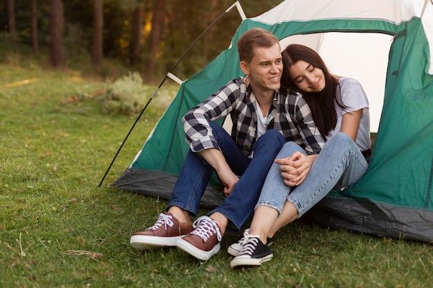 Ritratto di coppia carina rilassante all'aperto