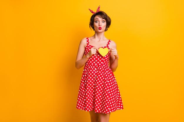 Портрет милая милая девушка отпраздновать 14 февраля событие провести маленькую желтую бумажную карточку сердце послать воздушный поцелуй грудь наслаждаться нежными чувствами носить ретро юбку изолированную яркую цветную стену
