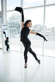 Ritratto del ballerino che pratica ballo
