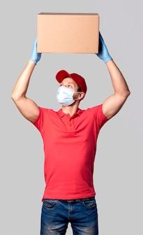 Портрет доставщика с пакетом