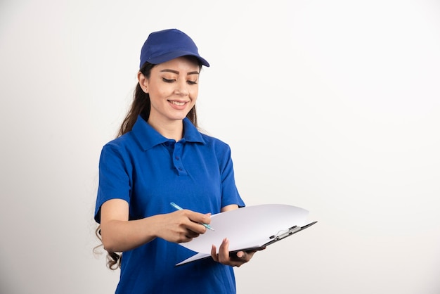 Un ritratto di una giovane donna di consegna con appunti. foto di alta qualità