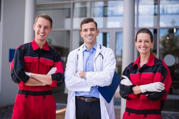 Ritratto di medico e paramedico in piedi con le braccia incrociate