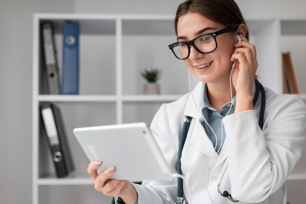 Ritratto di videoconferenza medico presso la clinica