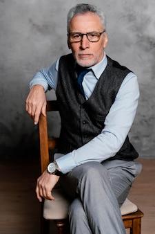 Портрет элегантного старика в костюме Бесплатные Фотографии