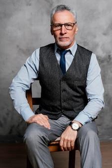 スーツを着ている肖像画のエレガントな老人